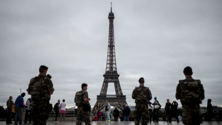 Paris to build 8-foot-high bulletproof glass wall around Eiffel Tower